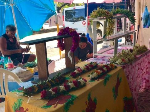 Blumenbinder am Straßenrand