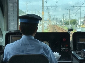 Zugführer mit weißen Handschuhen